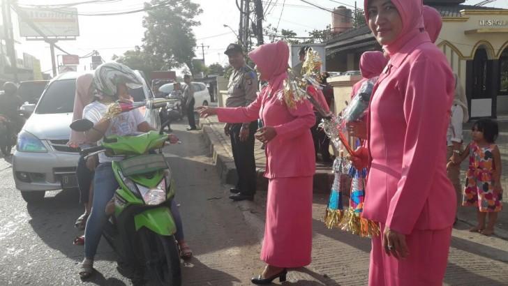 JELANG MALAM PERGANTIAN TAHUN BARU 2017 : Ibu Bhayangkari Ranting Tigaraksa Bagikan Terompet