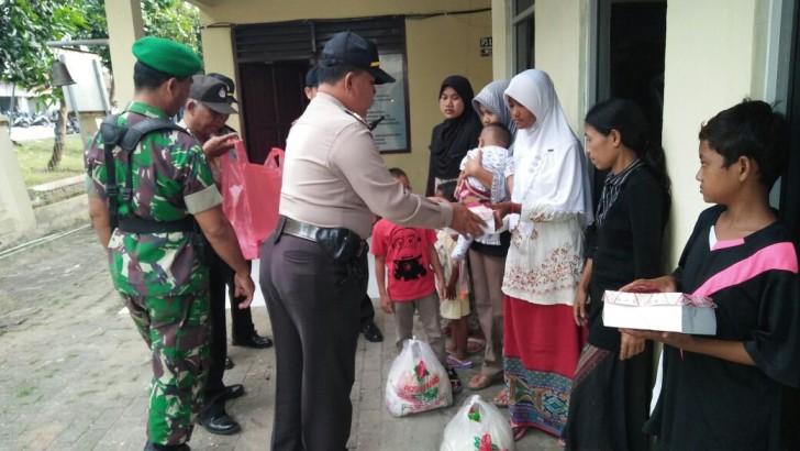 APEL PENGAMANAN MALAM TAHUN BARU 2017 : Kapolsek Konjo Bagikan Sembako Kepada Anak Yatim Piatu