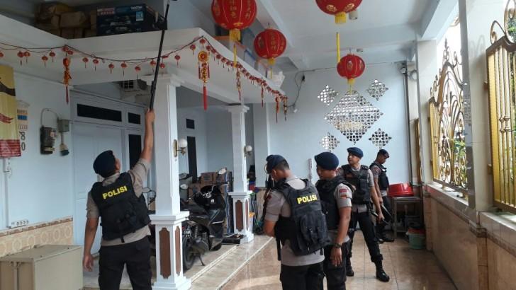 MALAM TAHUN BARU IMLEK 2586 : Polres Kota Tangerang Sterilisasi Vihara