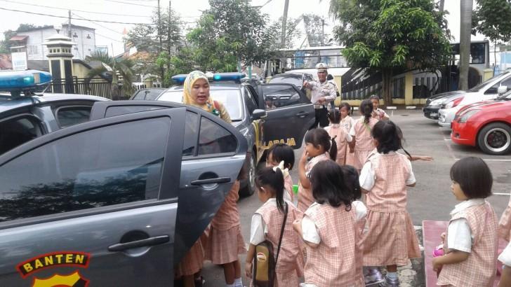 KUNJUNGAN TK BINA INSANI : Puluhan Anak Diberi Pemahaman Rambu-Rambu Lalu Lintas