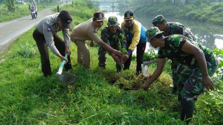 Tiga Pilar Kecamatan Rajeg, Tanami Bantaran Sungai Dengan Pohon