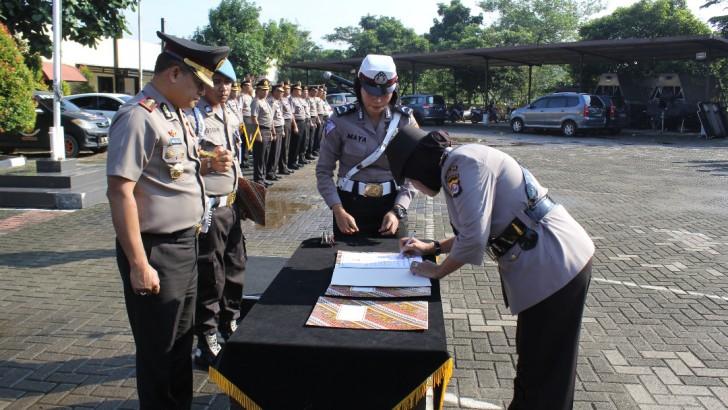Kapolres Kota Tangerang Pimpin Upacara Pengukuhan Jabatan Kasat Binmas