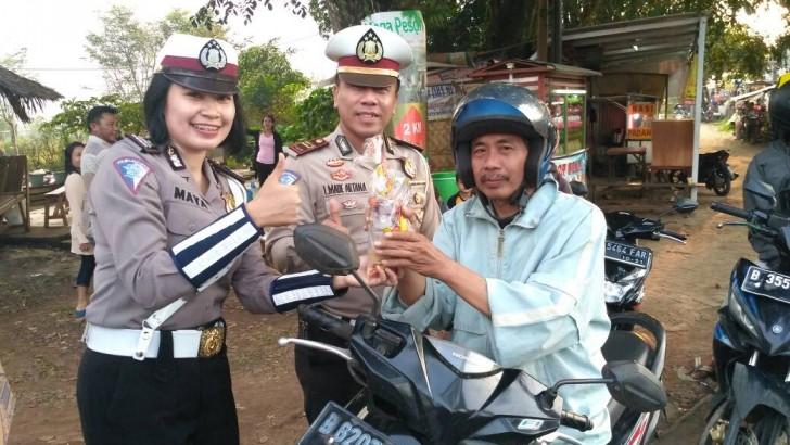 Sat Lantas Polres Kota Tangerang Bagikan Ratusan Takjil Gratis
