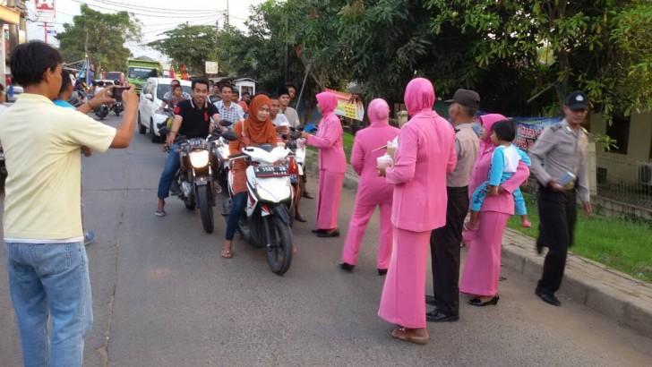 Jelang Berbuka Puasa, Polisi di Tangerang Bagikan Takjil Gratis