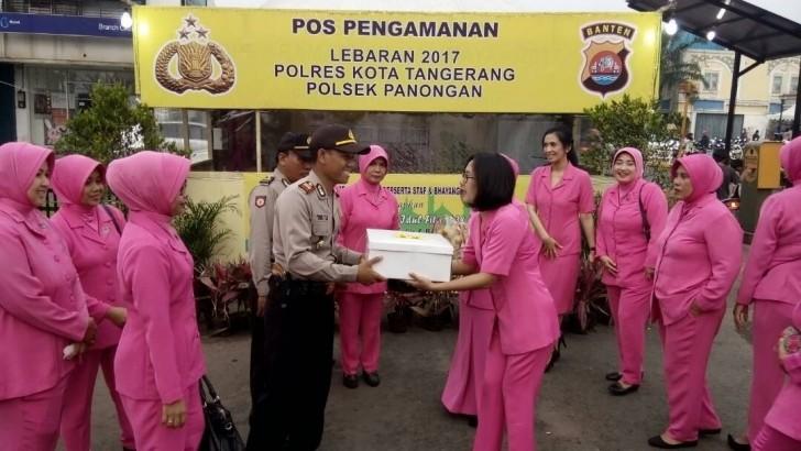 Bhayangkari Cabang Tangerang Salurkan Bingkisan Kepada Petugas Pos Pam