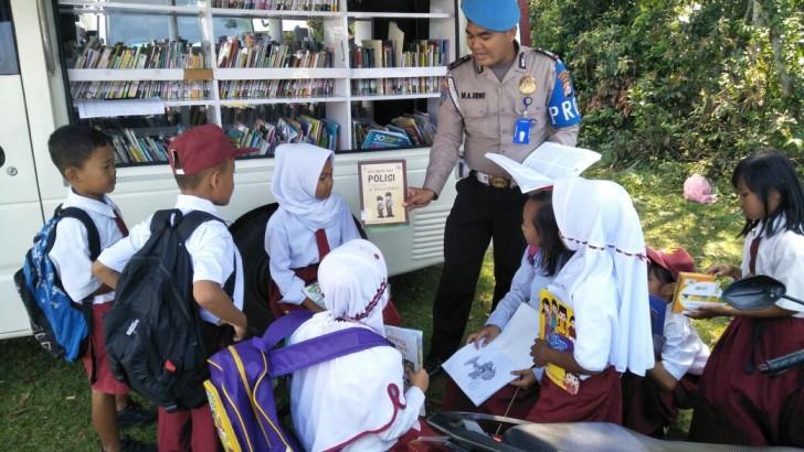 Polisi Ini Ajak Anak-Anak Membaca