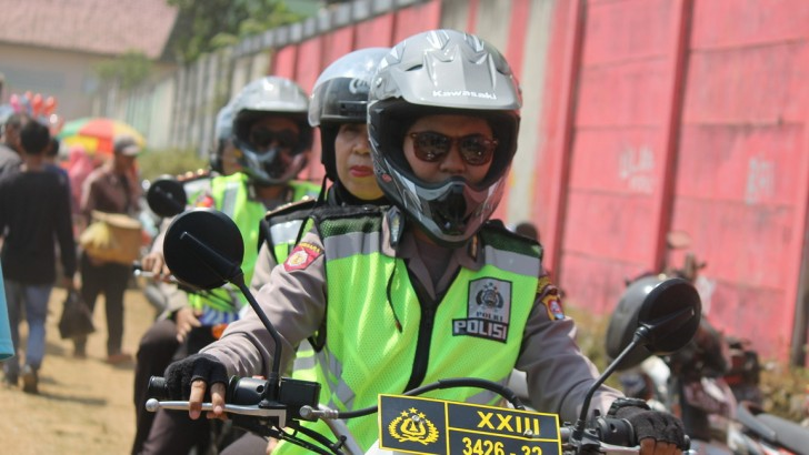 Polwan Motoris Berikan Kesejukan di TPS Desa Ranca Iyuh