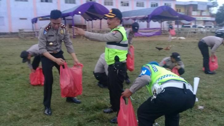 Polisi Berjibaku Bersihkan Sampah di TPS Jambe