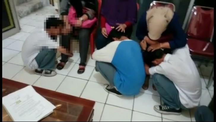 Menyesal, Empat Pelajar yang Hendak Tawuran Bersimpuh di Kaki Orangtua Sembari Menangis