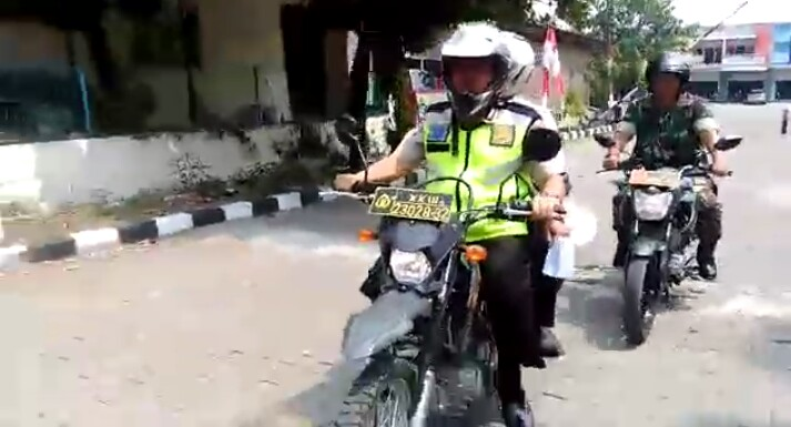 Sinergi, Polisi dan TNI Ajak Warga Meriahkan HUT RI