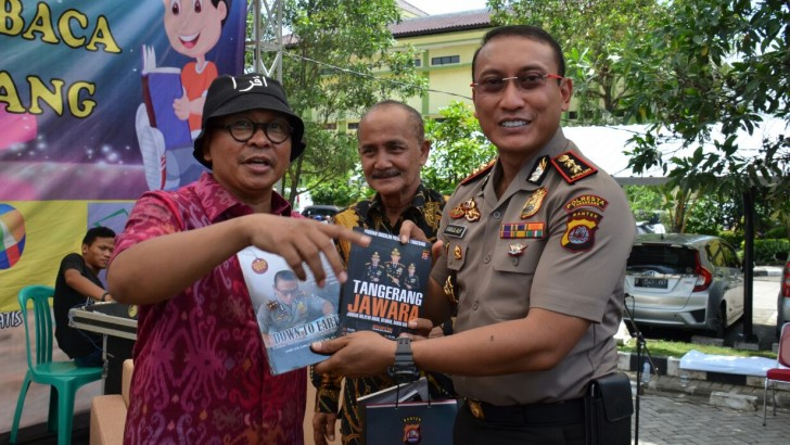 Kang Maman ILK Trans7 Donasikan 100 Buku dan 1 Unit Motor Perpustakaan Untuk Polresta Tangerang