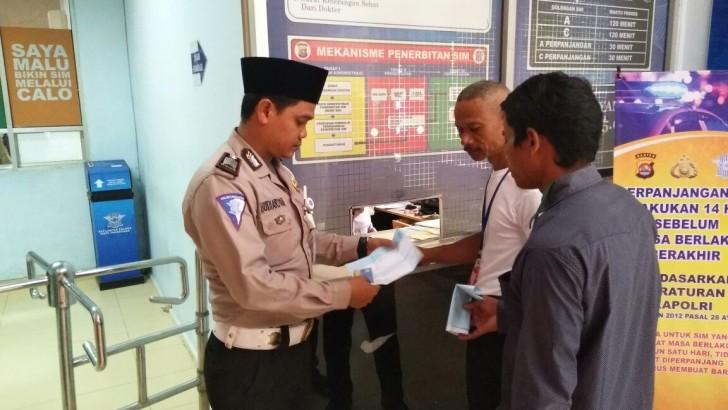 Hari Santri, Anggota Polresta Tangerang Tampil Berpeci dan Sarungan