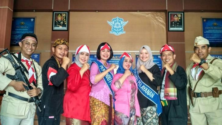 Hari Pahlwan, Personel Satpas SIM Polresta Tangerang Kenakan Kostum Perjuangan