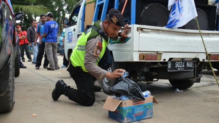 Usai Aksi, Massa Buruh dan Polisi Kerja Sama Bersihkan Sampah