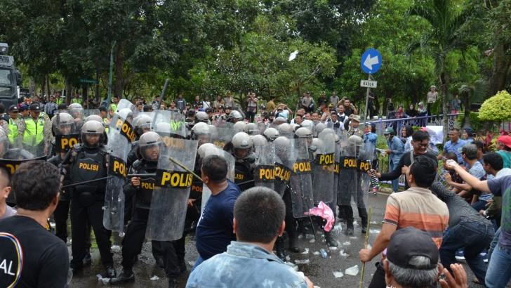 Ricuh, Massa Aksi di Gedung KPU Kabupaten Tangerang Dibubarkan Polisi
