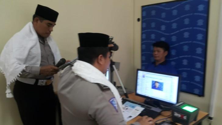 Polisi di Tangerang Atur Lalu Lintas Mengenakan Atribut ala Santri