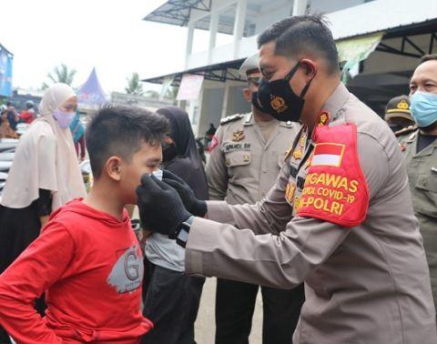 Cek Protokol Kesehatan di Pasar Tigaraksa, Kapolresta Tangerang Bagikan Masker
