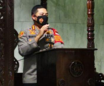 Pos Sajam di Masjid Cikupa, Kapolresta Tangerang Bagikan Masker untuk Jemaah Salat Magrib