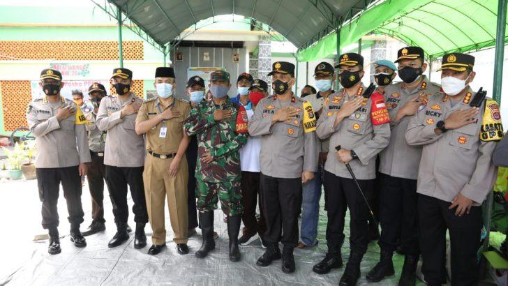 Datangi Lokasi Banjir, Wakapolda Banten Serahkan 400 Paket Bantuan