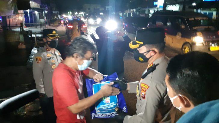 Patroli Skala Besar PPKM, Polresta Tangerang dan Forkopimda Bagikan Ratusan Paket Sembako