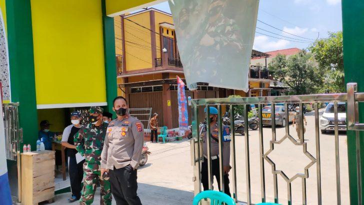 Kapolsek Pasarkemis Polresta Bersama Danramil Tinjau Pelaksanaan Vaksinasi Dosis 1 di Perum Taman Buah 2 Kuta Bumi