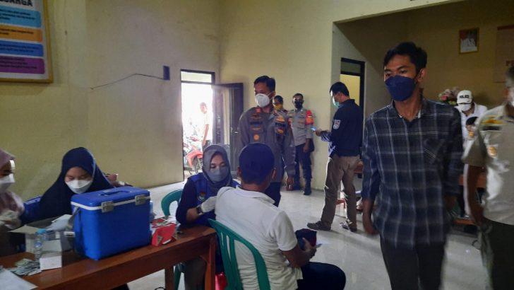 Kapolsek Tigaraksa Polresta Tangerang Tijau Gerai Vaksin Presisi di Kantor Desa Taban.