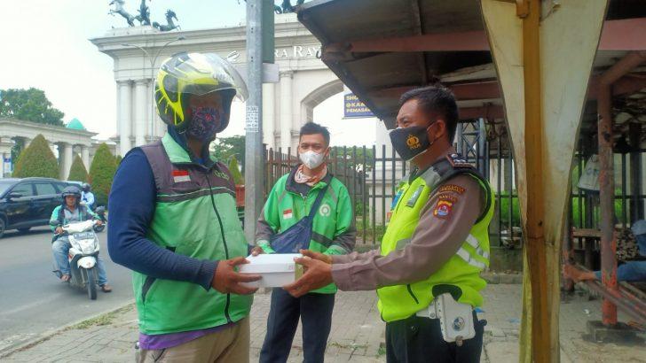 Jumat Berkah, Satlantas Polresta Tangerang Bagikan Nasi kotak