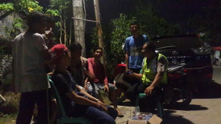 Nongkrong Bareng Pemuda, Polisi ini Sosialisasikan Bahaya Minuman Oplosan