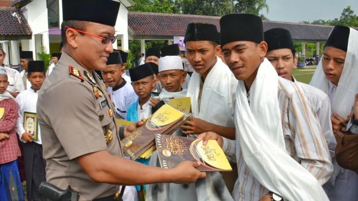 Wakafkan Kitab Kuning, Polresta Tangerang Dorong Penguatan Literasi Pesantren