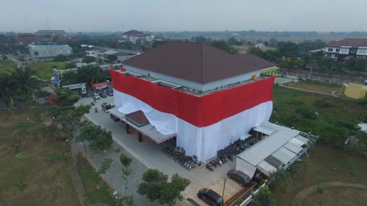 Polres Kota Tangerang Kibarkan Bendera Raksasa Kelilingi Gedung
