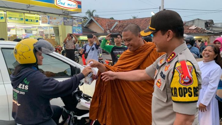 Wujud Toleransi, Kapolres dan Forum Lintas Agama di Tangerang Berbagi Takjil