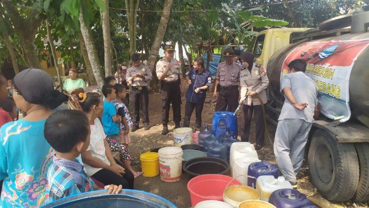 Satuan Binmas Polres Kota Tangerang melaksanakan kegiatan pembagian air bersih