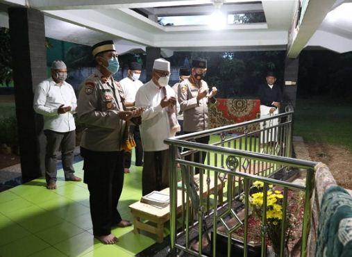 Kapolresta Tangerang Ziarah ke Makam Ulama Pendiri Ponpes Tarmub