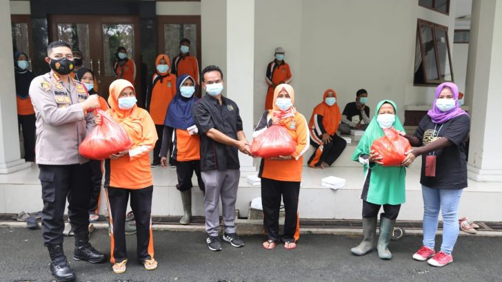 Edukasi Disiplin Prokes, Kapolresta Tangerang Bagikan Masker, Sembako, dan Makan Bersama Petugas Kebersihan