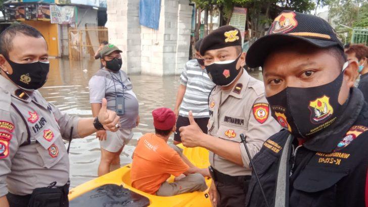 Satuan Sabhara Polresta Tangerang Evakuasi Korban Banjir di Perum Villa Tomang Pasar Kemis
