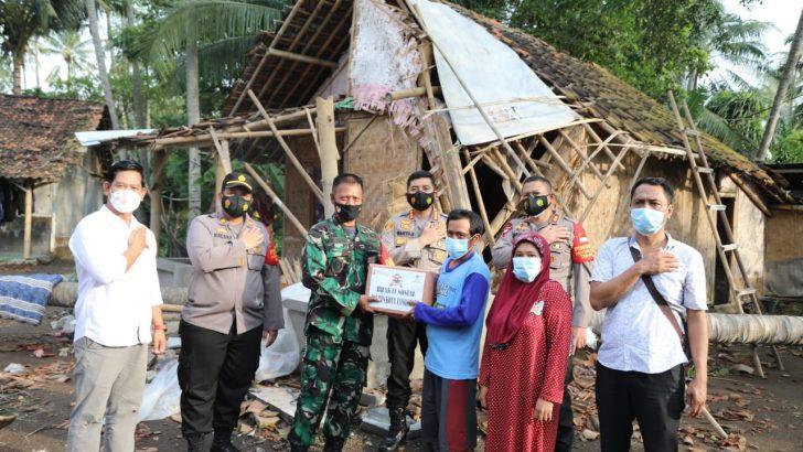 Jumat Peduli, Kapolresta Tangerang Tinjau dan Salurkan Bantuan untuk Korban Angin Puting Beliung