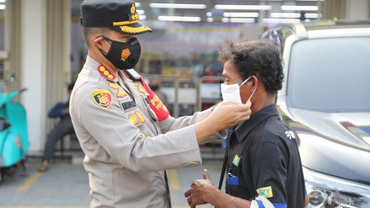 Ngabuburit, Kapolresta Tangerang bersama 3 Pilar Bagikan Masker dan himbau disiplin Prokes