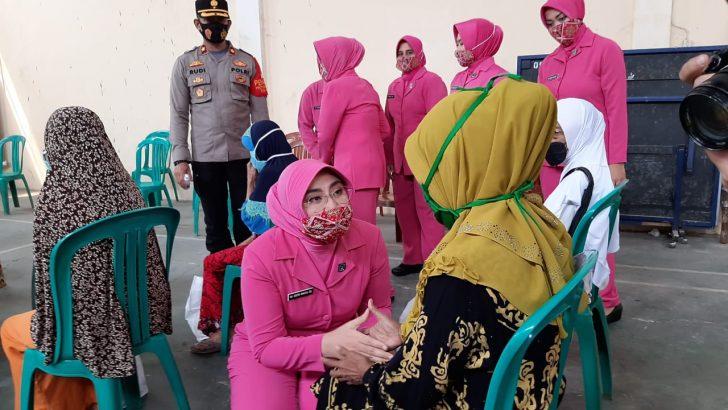Mendisiplinkan Prokes, Bhayangkari Cabang Kota Tangerang Baksos