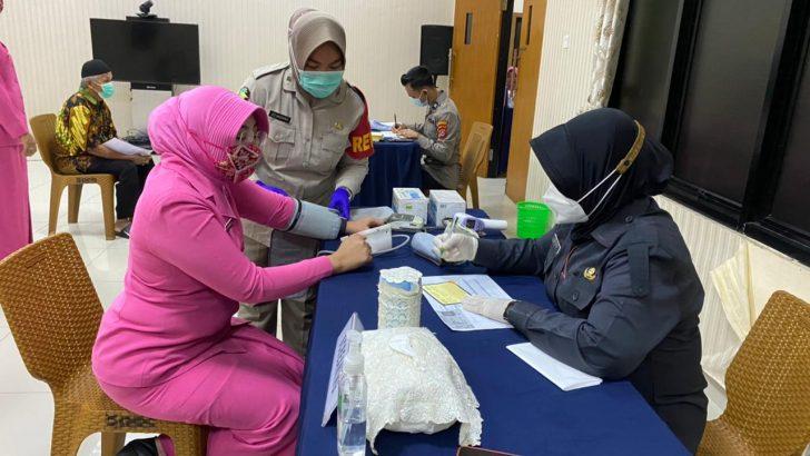 Tim Revaco Vaksin 100 Orang di Polresta Tangerang