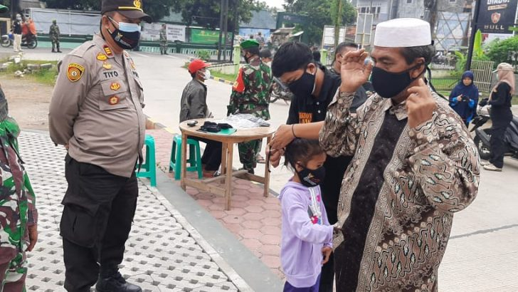 Operasi Yustisi dan Bagikan Masker, Polsek Mauk Polresta Tangerang dan Muspika Optimalkan PPKM Mikro