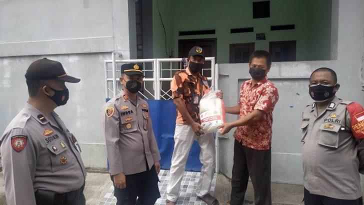 Hari Ke – 10 PPKM Darurat, Polresta Tangerang Polda Banten Berikan Bantuan Sembako Kepada Warga Terdampak Pandemi Covid – 19 Di Kecamatan Kemirin Dan Mekarbaru.