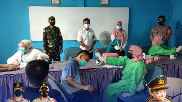 Polresta Tangerang Kawal Kegiatan Vaksinasi di Kantor Desa Gembong