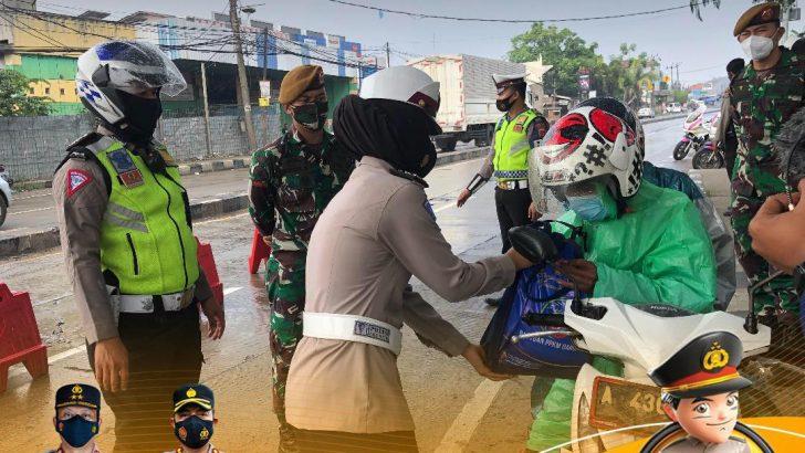 Polresta Tangerang Laksanakan Penyekatan di Jayanti, Bagikan Masker dan Beras