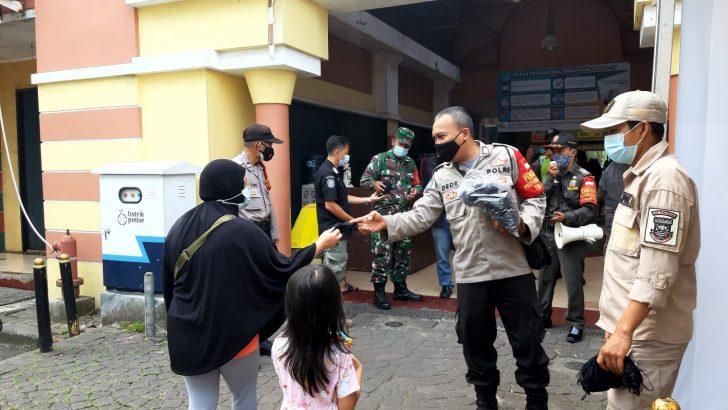 Polresta Tangerang Gelorakan Pembagian Masker di Posko PPKM Pasar