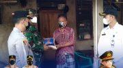 Personel Polsek Cikupa Polresta Tangerang Polda Banten melaksanakan kegiatan pengawalan pendistribusian bantuan sosial (bansos) dari Pemerintah kepada warga yang terpapar Covid-19 dan sedang menjalani isolasi mandiri di Kampung Palahar, Desa Budimulya, Kecamatan Cikupa, Kabupaten Tangerang, Rabu (21/7/2021).