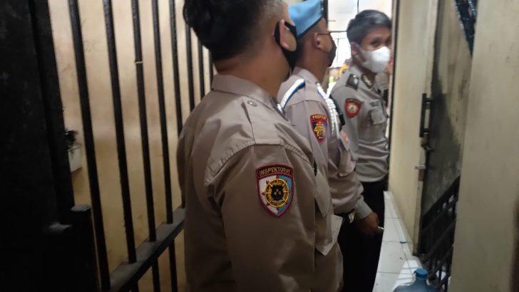 Pastikan Aman, Personil Piket Polsek Panongan Polresta Tangerang Cek dan Kontrol Ruang Tahanan.