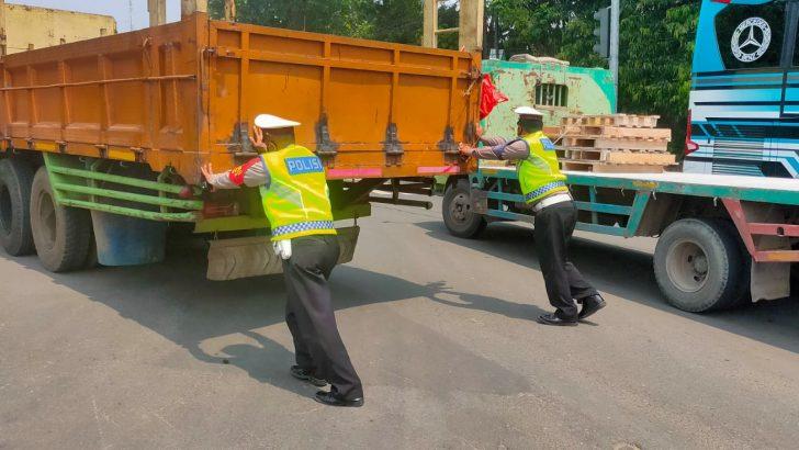 Mogok Di Tengah Jalan, Personel Satlantas Polresta Tangerang Berjibaku Dorong Truk